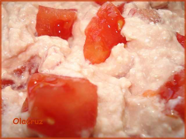 Biały ser z pomidorami i keczupem
