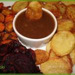 Chipsy z ziemniaków, buraków i marchwi z sosem orzechowym