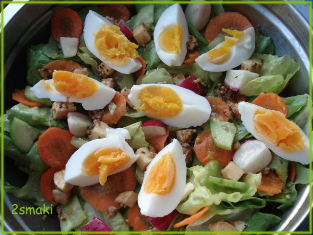 Chrupiąca sałata wiosenna z jajkiem