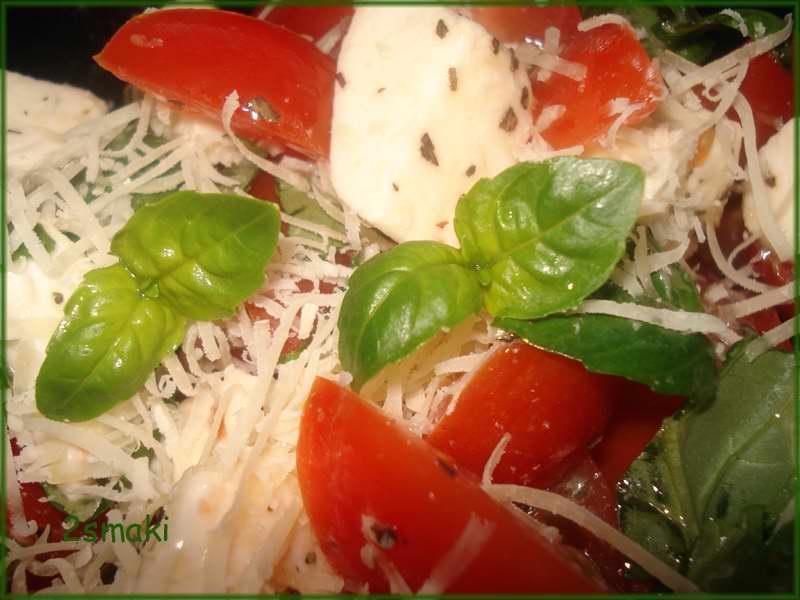 Sałatka z mozzarellą i pomidorkami koktajlowymi