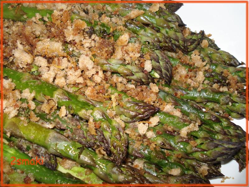 Szparagi z chrupiącą gremoladą