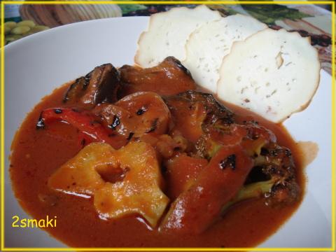Warzywa grillowane, z sosem pomidorowym i oscypkiem