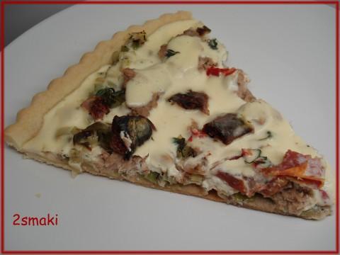 Tarta z karmelizowanym porem, tuńczykiem, suszonymi pomidorami i papryczką chili