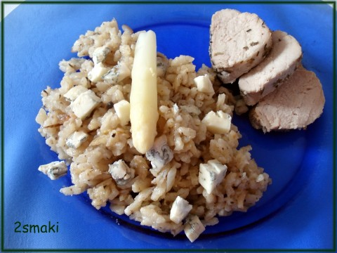 Risotto ze szparagami i pieczarkami, lekko zrumienione + ser pleśniowy