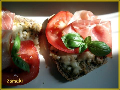 Bruschetta z pastą z grillowanych warzyw i prosciutto