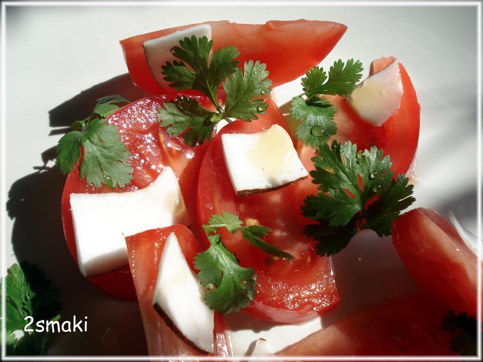 Sałatka z pomidorów malinowych i mrożonego kokosa