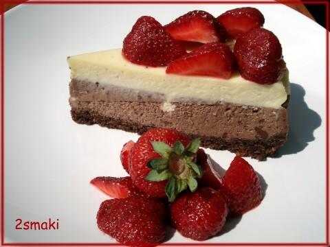 Sernik kawowo-czekoladowy z truskawkami