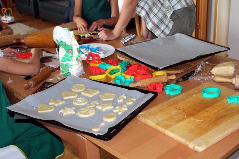 Dzieci pieką ciasteczka 1