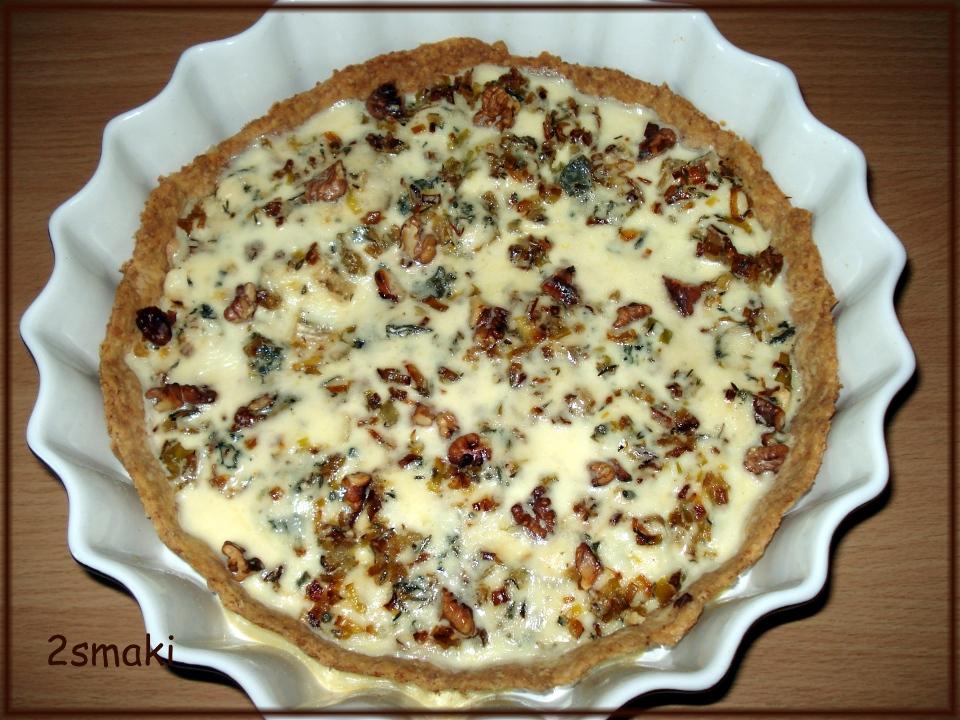 Tarta z karmelizowanymi porami, orzechami i serem pleśniowym, na cieście razowym