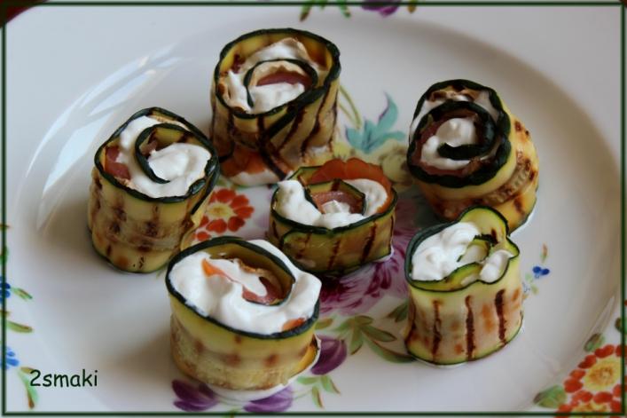 Roladki z grillowanych cukinii i pieczarek z łososiem i jogurtem greckim