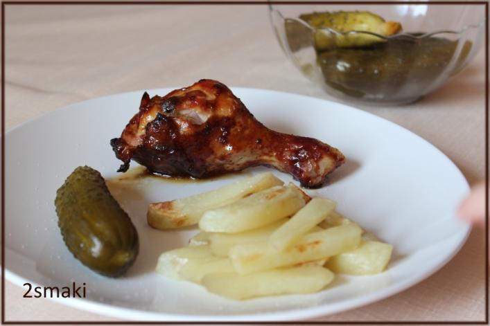Podudzia kurczaka w karmelu, z frytkami