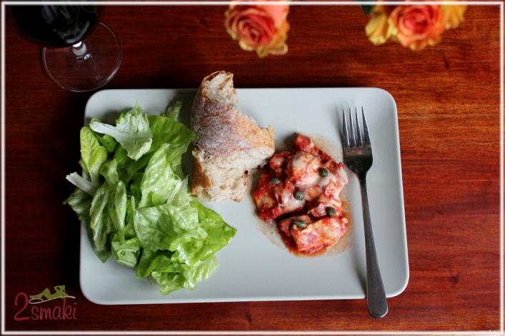 Piersi kurczaka w sosie pomidorowym z mozzarellą i kaparami