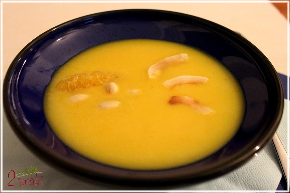 Pomarańczowo-kokosowa zupa z dyni z migdałami