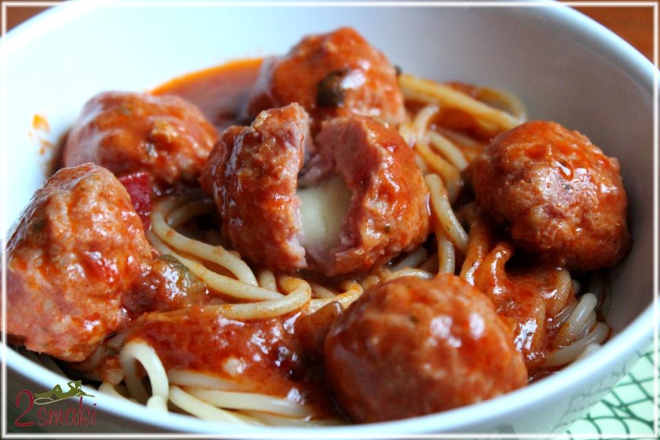 Pulpeciki z mozzarellą, w sosie pomidorowym