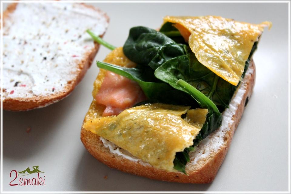 Omlet z łososiem i szpinakiem na tostach z twarogiem
