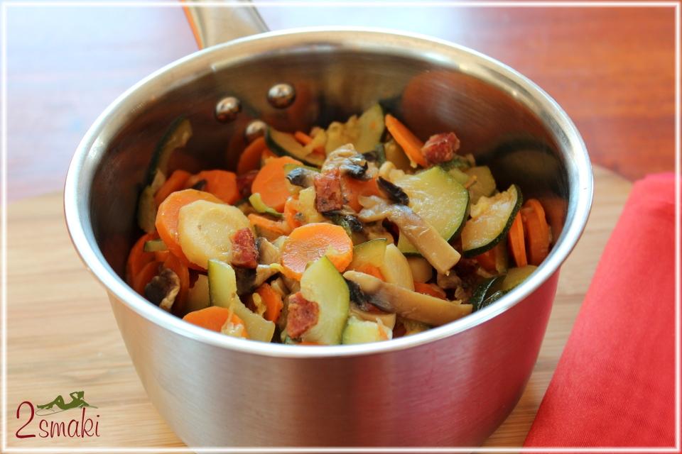 Warzywa duszone z kiełbasą i cebulą
