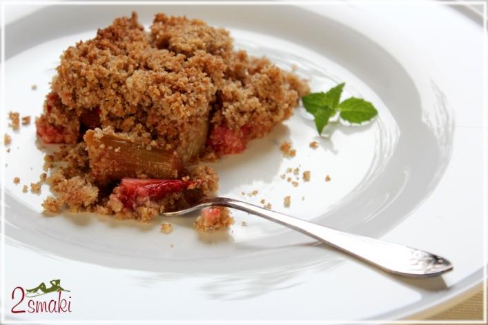 Rabarbar i truskawki pod kruszonką z mąki pełnoziarnistej