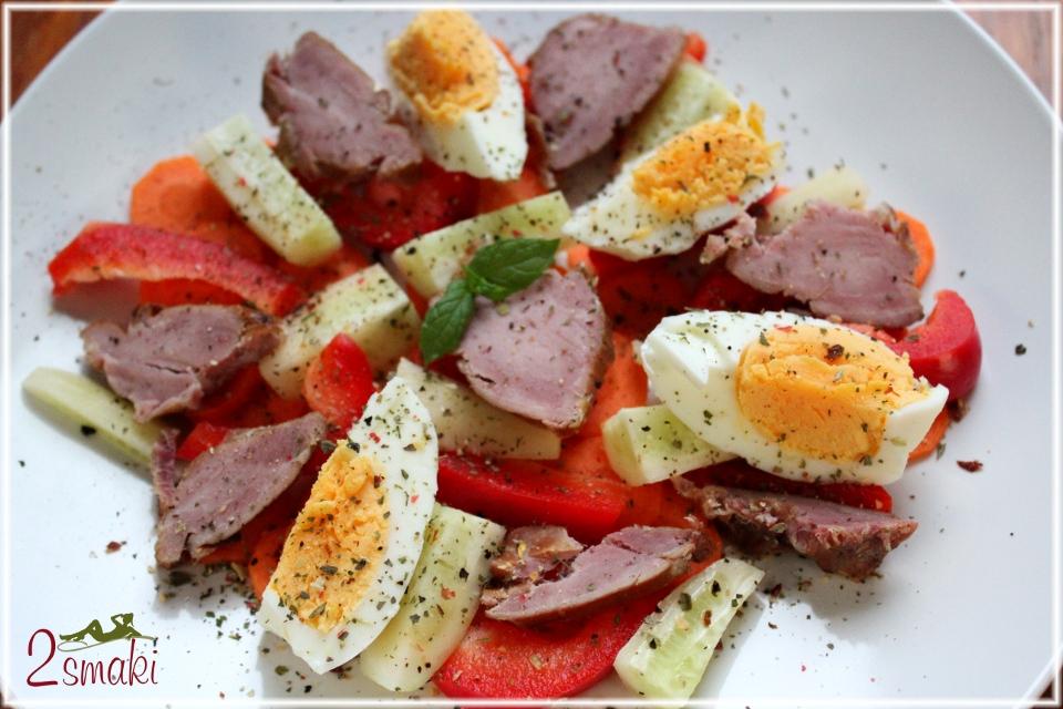 Sałatka z jajkiem i polędwiczką