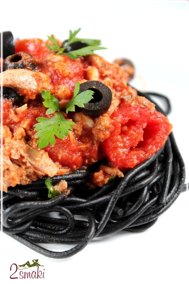 Czarny makaron z tuńczykiem i oliwkami