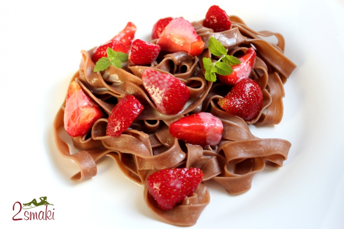 Tagliatelle czekoladowe z truskawkami, w sosie z białej czekolady