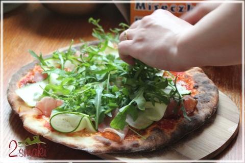 Pizza z szynką, cukinią i rukolą 4