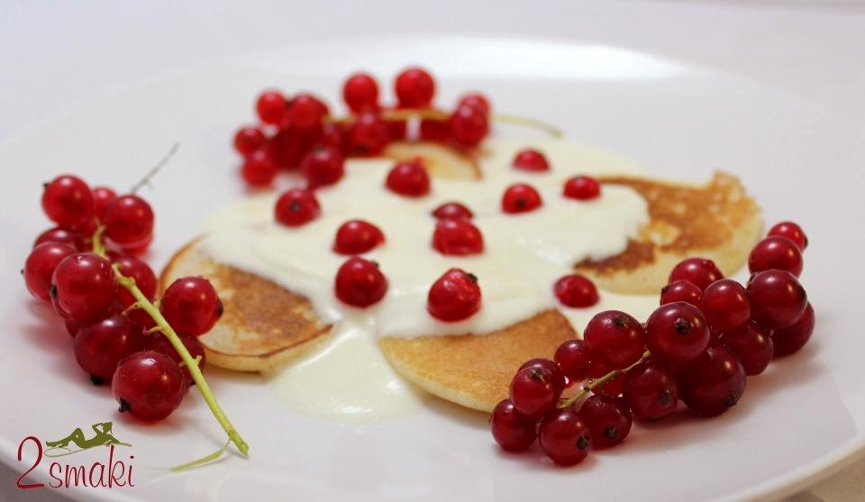Placuszki z jogurtem, syropem klonowym i porzeczkami