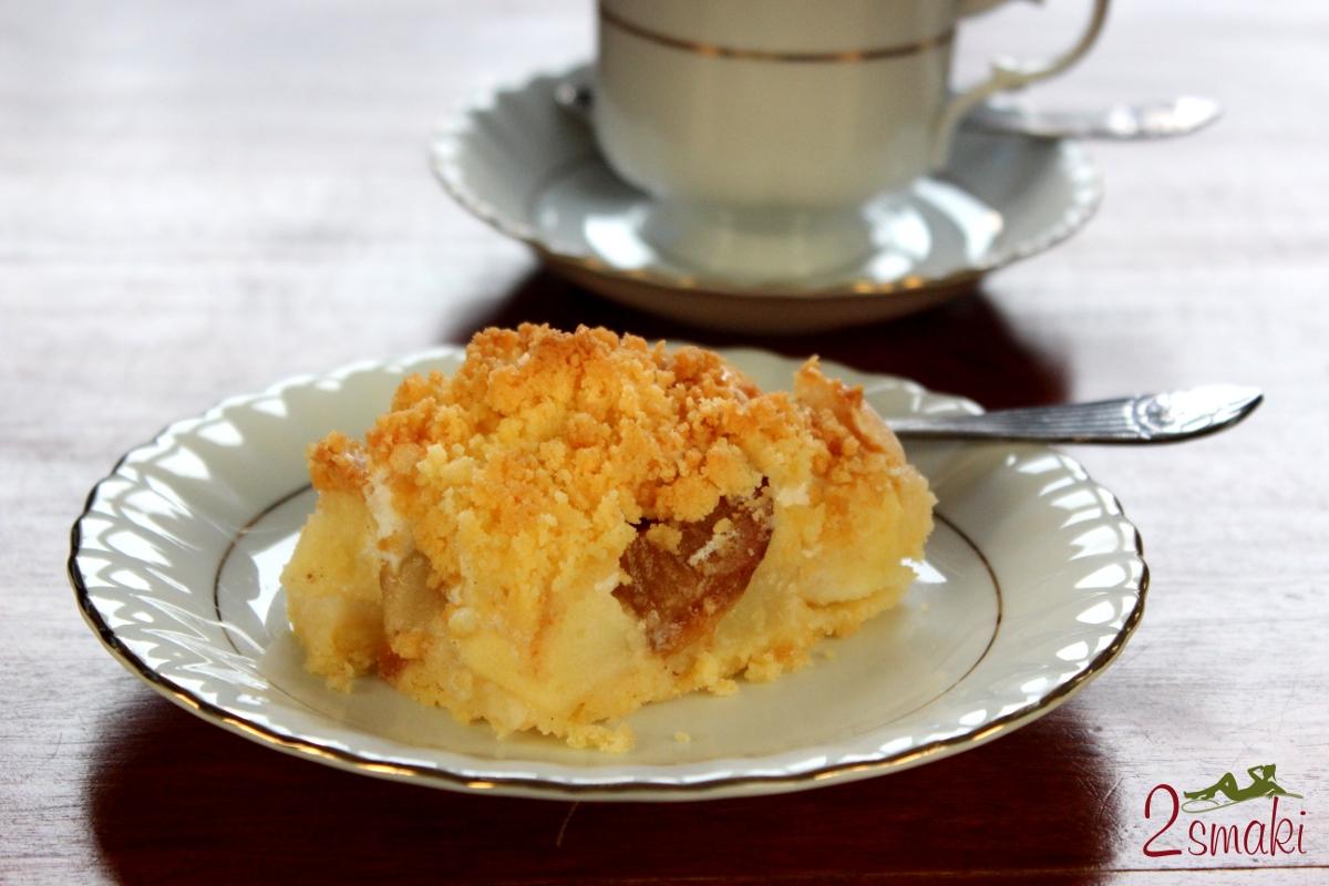 Ciasto z jesiennymi owocami, bezą i kruszonką