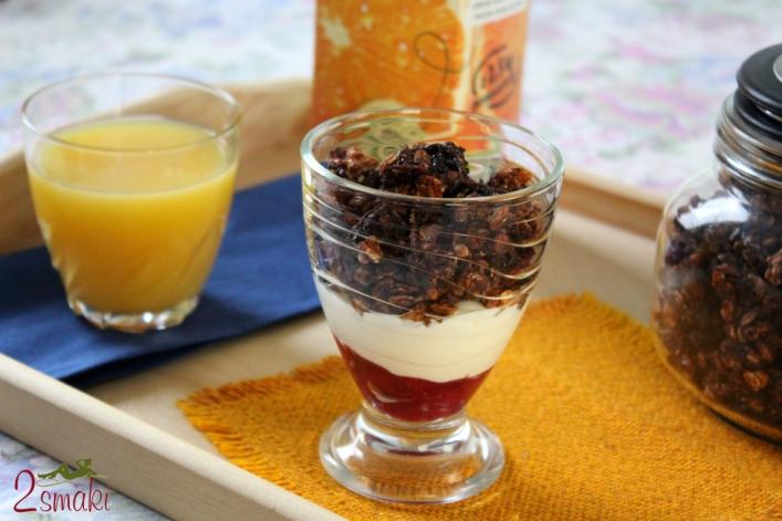 Granola czekoladowa z sokiem pomarańczowym