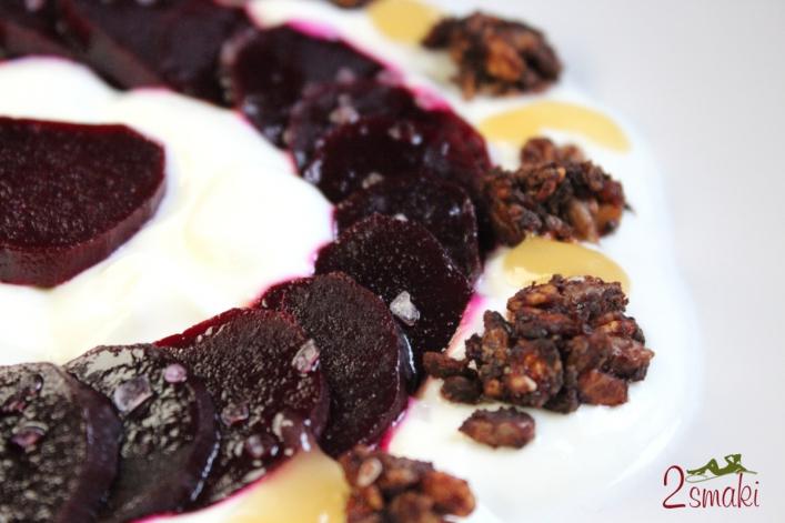 Pieczone buraki z jogurtem i granolą
