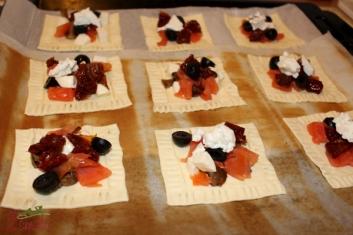 Minitarty francuskie z pieczarkami, łososiem i pomidorami suszonymi 1