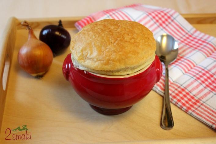 Zupa cebulowa zapiekana w cieście francuskim