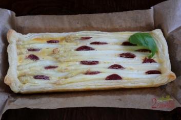 Białe szparagi i chorizo na cieście francuskim 4