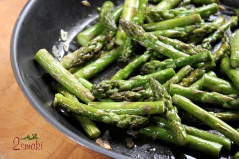 Szparagi smażone z czosnkiem