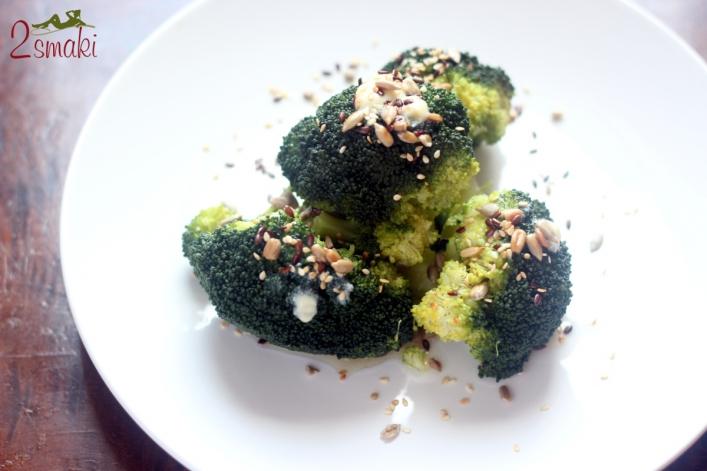 Gotowany brokuł z prażonymi ziarnami 0