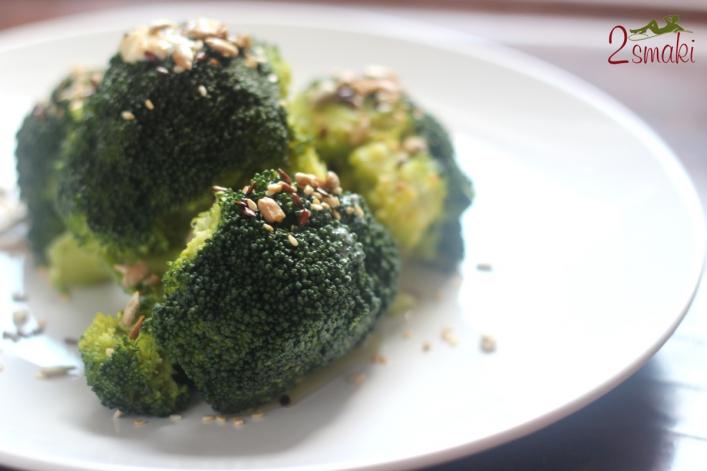 Gotowany brokuł z prażonymi ziarnami