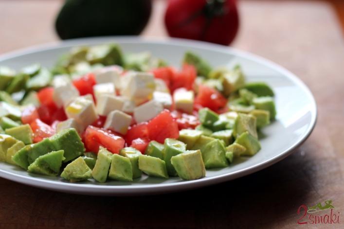 Sałatka z awokado, pomidora i sera feta