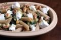 Makaron pełnoziarnisty z cukinią, pieczarkami, serem kozim i orzechami