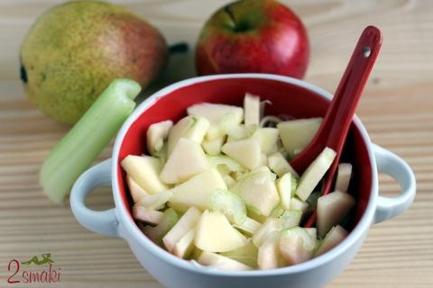 Sałatka z jabłka, gruszki i selera naciowego
