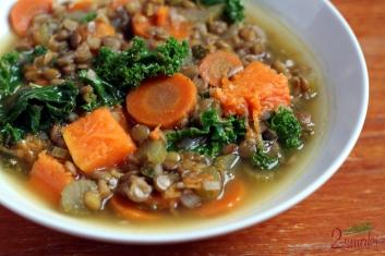 Zupa z soczewicą, pieczoną dynią i jarmużem