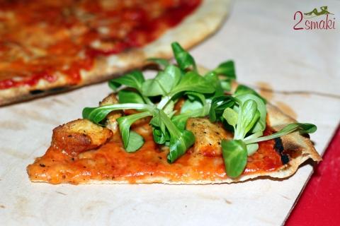 Pizza z kurczakiem i roszponką