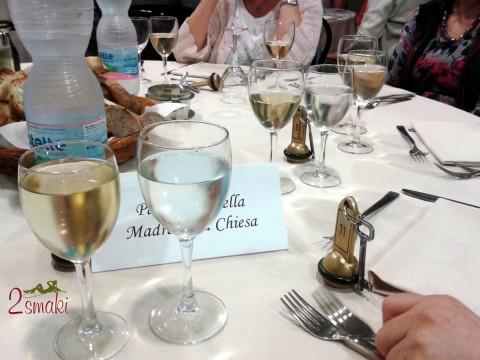 Włochy kulinaria - kolacja - wino, woda i chleb