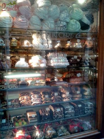 Włochy kulinaria - witryny cukierni w Asyżu
