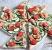 Minitarty z pesto z zielonego groszku z łososiem, orzechami i cukinią 000