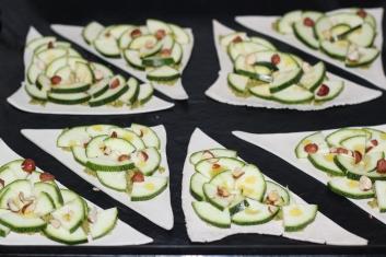 Minitarty z pesto z zielonego groszku z łososiem, orzechami i cukinią 1