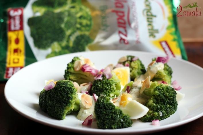 Sałatka z odżywczych brokułów w dresingu z niebieskiego sera