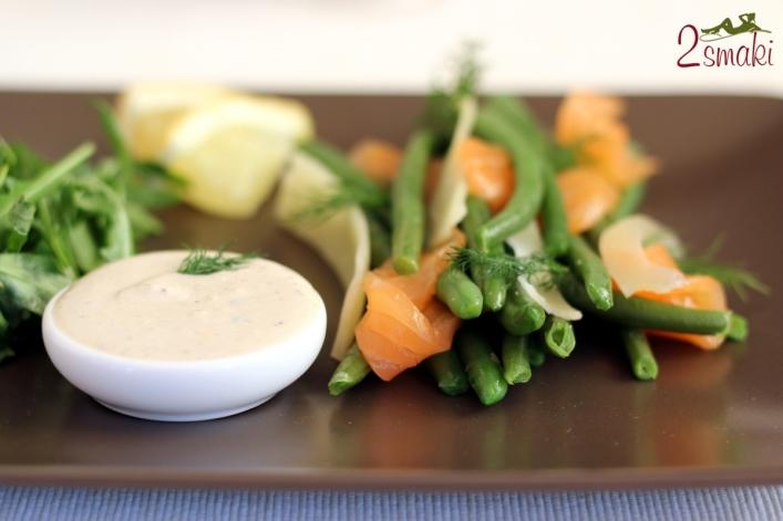 Fasolka z łososiem wędzonym otulona płatkami parmezanu i unikalnym sosem jogurtowym 05