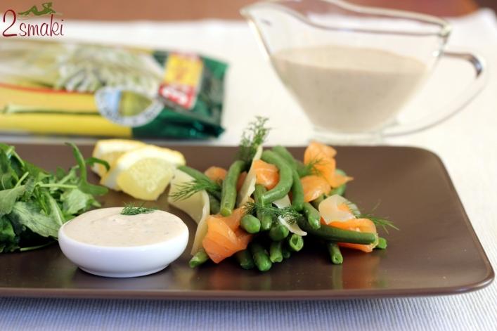 Fasolka z łososiem wędzonym otulona płatkami parmezanu i unikalnym sosem jogurtowym