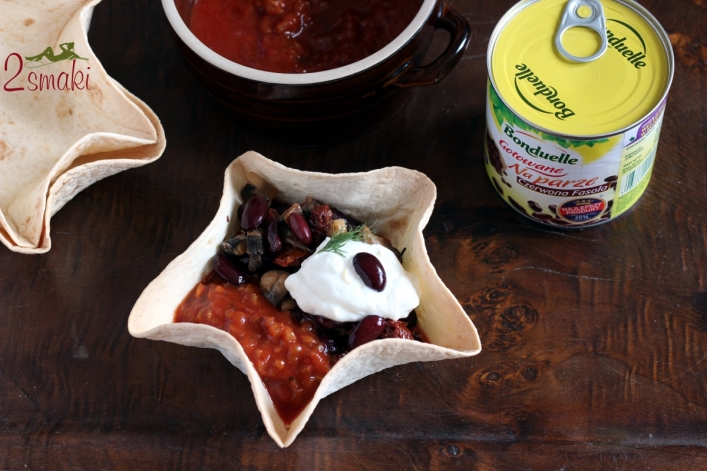 Pożywna fasolka po meksykańsku w chrupiącej miseczce z tortilli