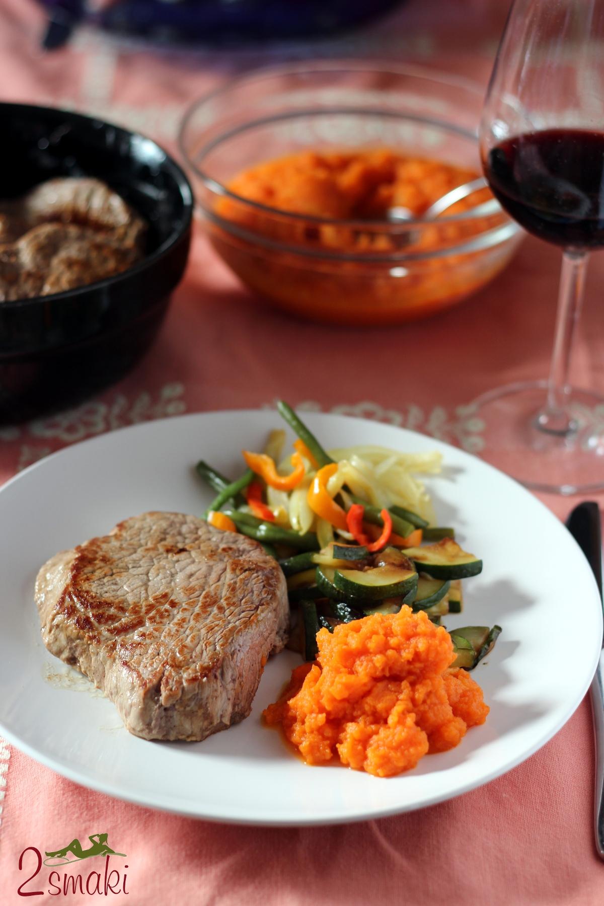 Steki z puree z marchwi i chrupiącymi warzywami 0
