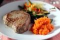 Steki z piure z marchwi i chrupiącymi warzywami